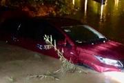 2 ô tô bị cuốn trôi xuống suối, 12 người may mắn thoát chết