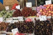 Giữa hè, hoa quả tiếp tục giảm giá