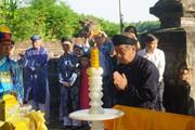 Chủ tịch TT-Huế mặc áo dài khăn đóng dâng hương tri ân ông tổ áo dài Việt Nam