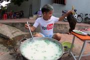Con trai bà Tân Vlog đãi hai em ruột nồi cháo gà nguyên lông, bị dân mạng phản ứng gay gắt