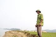 """Ảnh - Clip: Cận cảnh """"hà bá"""" nuốt chửng đê sông Lam"""
