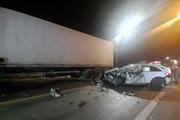 Đâm vào xe tải, va vào container, tài xế ô tô tử vong tại chỗ