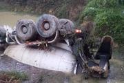 Xe bồn lật ngửa dưới ao, tài xế mắc kẹt trong cabin tử vong
