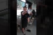 Clip: Bị mời xuống xe bus vì đeo khẩu trang không đúng quy định, người phụ nữ lớn tiếng thách thức