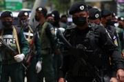 Ảnh: Cảnh sát Campuchia bồng súng xuống đường chống dịch Covid-19