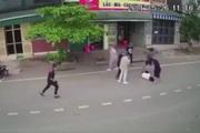 Clip: Vì một câu nói trên Facebook, nam sinh ở Hòa Bình bị 7 thanh niên ở Hà Nội phi xe máy lên hành hung