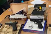 Clip: Thu giữ phụ kiện và sản phẩm hình dạng súng trong 97 gói hàng chuyển phát nhanh