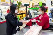 Tiêm vaccine cho nhân viên bán lẻ tạo lá chắn an toàn cho hàng triệu người dân mua sắm