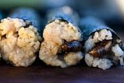 """Loại sushi làm từ con vật kêu inh tai nhức óc suốt mùa hè khiến các """"thượng đế"""" nhìn thì ghê nhưng ăn lại mê"""