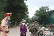 Công an, cảnh sát giao thông Hà Tĩnh thuyết phục người dân không tự ý rời thành phố Hà Tĩnh về quê