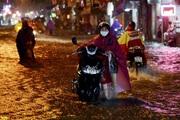 Hà Nội: Trong đêm, người dân bì bõm dắt xe di chuyển trên tuyến đường ngập nước