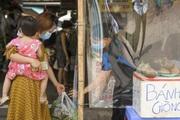 """Hà Nội: Chợ dân sinh quây mành """"ni lông"""" phòng dịch Covid-19"""
