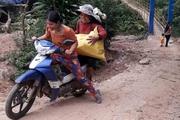 Người dân Tây Giang băng rừng, vượt suối hái măng, mổ heo, làm cơm lam gửi tặng Đà Nẵng