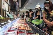 Hà Nội: Mưa gió cuối tuần, siêu thị lớn vẫn đông người mua sắm