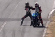 SỐC: Va chạm trên đường đua, tay lái đấm đối thủ ngã lăn
