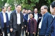 Bộ trưởng NNPTNT trồng cây cùng cụ bà viết đơn xin được thoát nghèo