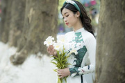 """HH Đỗ Mỹ Linh đẹp """"đốn tim"""" trên phố Hà Nội tháng 4 mùa hoa loa kèn"""