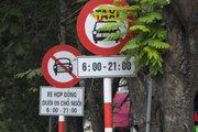 """Sở GTVT Hà Nội: """"Sẽ không xem xét gỡ biển cấm xe taxi ở 11 tuyến phố"""""""
