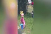 Khỉ mặc đồ búp bê tóc vàng đứng giữa đường như phim kinh dị