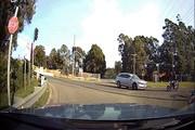 Vượt đèn đỏ, xe mô tô đối đầu ô tô trong tai nạn ghê người