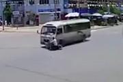 Clip: Cố vượt đèn đỏ, người đàn ông bị ô tô tông gục giữa ngã tư