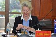 Nữ Bộ trưởng Nông nghiệp Úc bóc nhãn ăn thử với Bộ trưởng NNPTNT