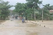 Nha Trang mưa lớn, tàu cá mắc kẹt cả gầm cầu