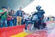 Clip: Phát hờn với xe máy điện VinFast ngâm nước 30 phút lại chạy tốt