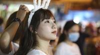 Hà Nội: Phố Hàng Mã chật cứng người, thiếu nữ xinh đẹp xúng xính đi chơi Trung thu