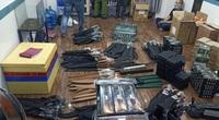 """TP.HCM: Kiểm tra người đàn ông mang súng, truy ra kho vũ khí """"khủng"""""""