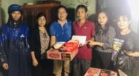 Báo NTNN/ Điện tử Dân Việt tiếp nhận 2 tấn gạo ủng hộ người dân rốn lũ miền Trung