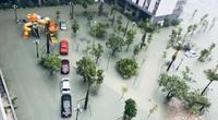 Clip nóng hôm nay: Thành phố Hà Tĩnh chìm trong biển nước, người đàn ông cứu bé trai thoát nạn