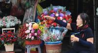 """Hoa tươi rớt giá, ngóng khách ngày 20/10 vì phụ nữ """"chê"""" hoa, để tiền ủng hộ bà con vùng lũ"""