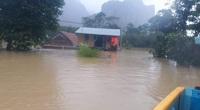 Mẹ chèo thuyền đi nhận hàng cứu trợ, con trai ở nhà rơi xuống nước tử vong