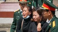 Người mẹ hát ru con liệt sĩ trong lễ tiễn đưa 22 cán bộ, chiến sĩ Đoàn 337