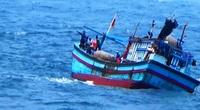Bình Định: Cứu sống 4 thuyền viên gặp nạn do tàu đánh cá bị phá nước
