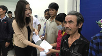 Hoa hậu Đỗ Mỹ Linh, Tiểu Vy trao quà cho bà con vùng bão lụt miền Trung