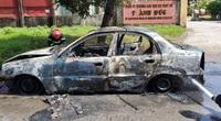 Xe ô tô bất ngờ bốc cháy khi đang đậu bên đường