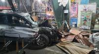 Quảng Ngãi: Xe ô tô nổ lốp húc 4 nhà dân, nhiều người thương vong