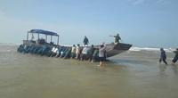 Quảng Trị: Tàu gỗ không người, có nhiều bao bì nhãn mác bằng chữ Trung Quốc, dạt vào bờ biển