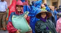 Người dân vùng cao Quảng Trị đội mưa nhận cứu trợ