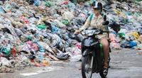 Hà Nội ùn ứ rác: Người dân ngã sõng soài vì một tay lái xe, một tay bịt mũi
