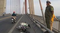 Phát hiện nam thanh niên nghi bị chém bất tỉnh trên cầu