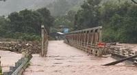 Bắc Tây Nguyên: Hàng trăm nhà dân tốc mái, giao thông nứt gãy, cầu bị cuốn trôi