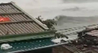 """Cơn """"cuồng phong"""" Molave tiến vào đất liền, đảo Lý Sơn gió rít chưa từng thấy, sóng biển lừng lững cao như toà nhà"""