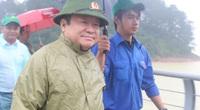 Chủ tịch Hội Nông dân Việt Nam Thào Xuân Sùng đi khảo sát hồ Kẻ Gỗ, thăm hỏi, động viên nông dân tỉnh Hà Tĩnh