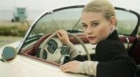 Phụ nữ lái xe ô tô: Từ nỗi ám ảnh giày cao gót đến quên bật gương