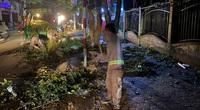 Quảng Ngãi: Những người lầm lũi dọn rác trong đêm sau bão số 9