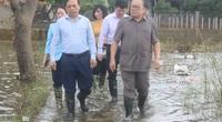 Quảng Bình: Chủ tịch Hội Nông dân Việt Nam lội nước trao quà cho đồng bào vùng lũ, thắp hương Thiếu tướng Nguyễn Văn Man