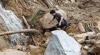 Kinh khủng đường sạt lở Phước Sơn: Chỉ cần một cú sẩy chân là lăn xuống vực